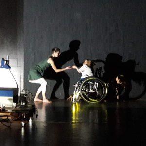 Noora Västinen hämärästi valalaistulla lavalla vastakkain toisen tanssijan kanssa
