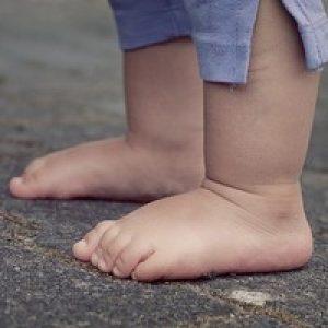 taaperon jalat asfaltilla